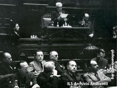 25 giugno 1946. Andreotti al banco di segretario.