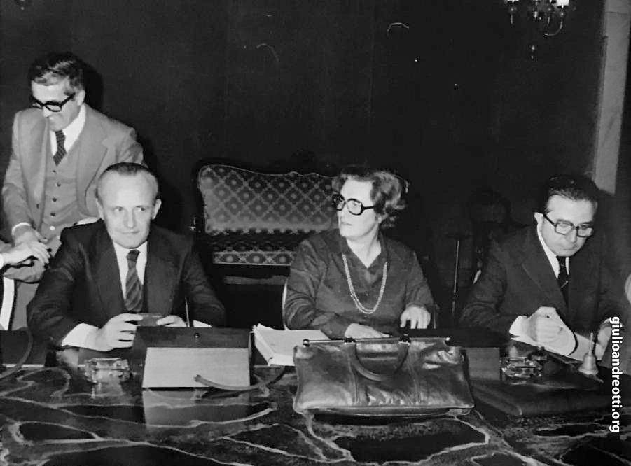 5 gennaio 1977. Andreotti, presidente del Consiglio, con il ministro delle Finanze, Pandolfi, e il ministro del Lavoro, Tina Anselmi ad un incontro con i sindacati