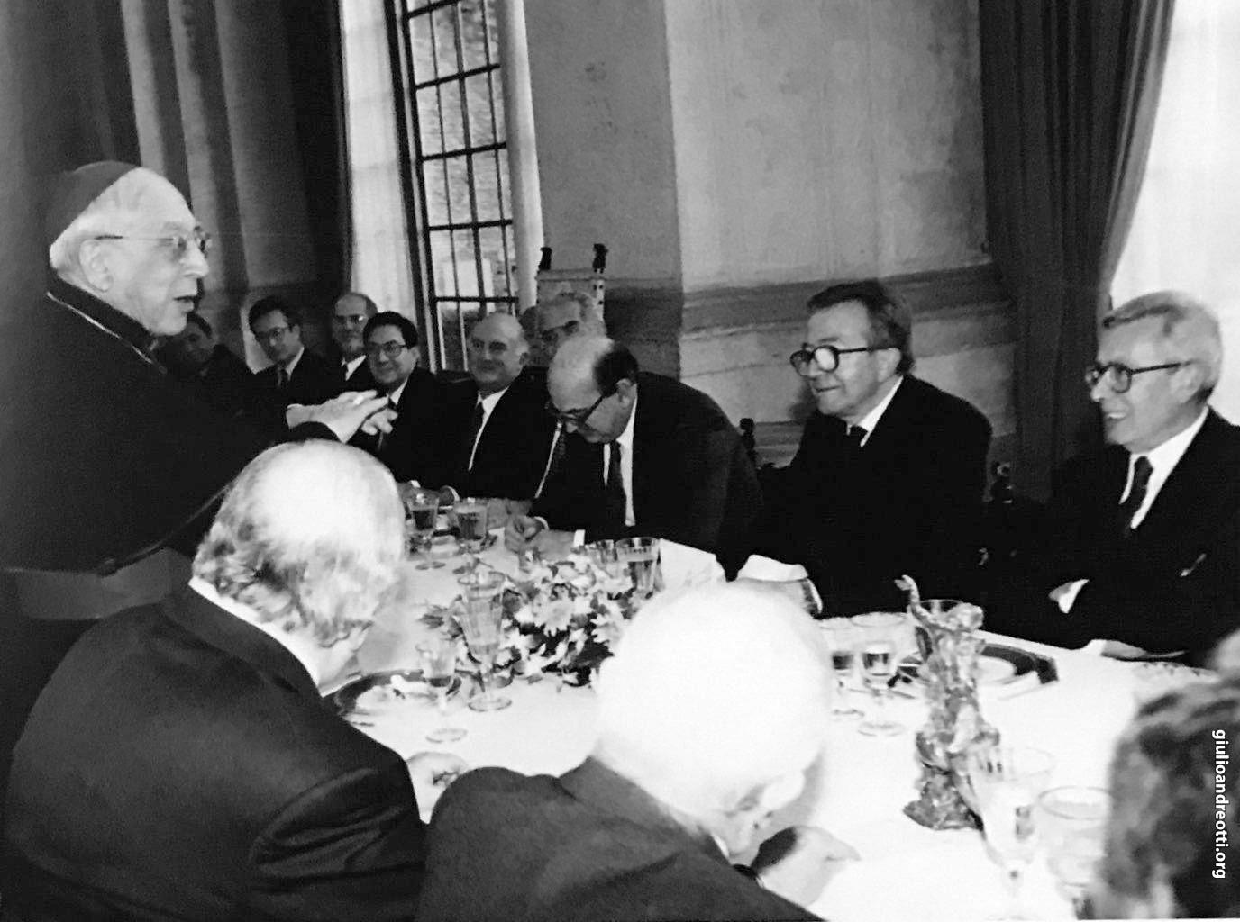 18 febbraio 1984. Pranzo a Villa Madama in occasione del nuovo concordato. Parla il cardinale Casaroli (foto Presidenza del Consiglio)