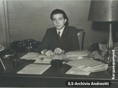 1947. Andreotti al tavolo di sottosegretario.