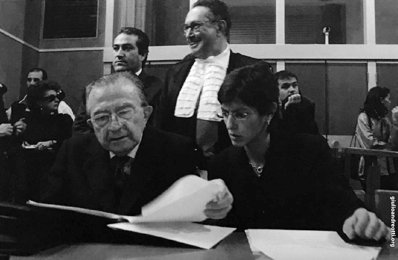 2002. In tribunale con gli avvocati Coppi e Bongiorno