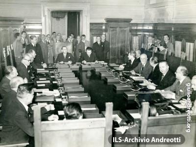 1947. Giulio Andreotti siede al fianco del Presidente.