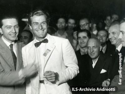 24 luglio 1947, Andreotti a Venezia con l'attore Massimo Serato.