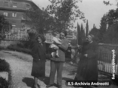 1947.  Giulio Andreotti con la figlia Marilena la moglie Livia e mons. Giulio  Belvederi.