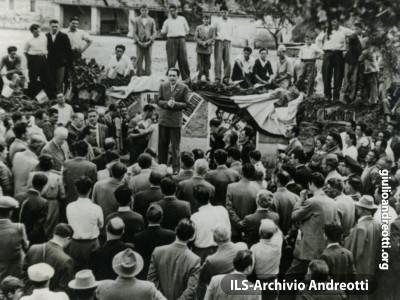 Un giovane Giulio Andreotti in un comizio del 1948.