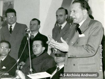 1948. Giulio Andreotti con Alcide De Gasperi.