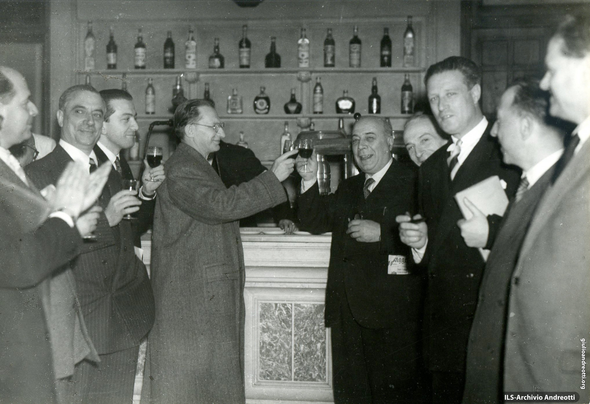 8 maggio 1948. Brindisi alla buvette dopo la elezione di Gronchi alla Presidenza alla Camera. Da sinistra: Togni, Campilli, Andreotti, De Gasperi, Fuschini, Segni, Pertusio.