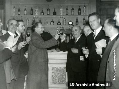 8 maggio 1948. Brindisi alla buvette dopo la elezione di Gronchi alla Presidenza alla Camera.