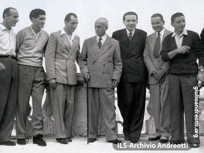 Luglio 1948, Gino Bartali e la sua squadra, accompagnati da Andreotti.