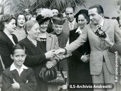 Andreotti con la signora De Gasperi alla consegna degli alloggi del Villaggio dei Giuliani a Roma.