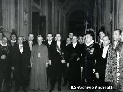 Giulio Andreotti con Alcide De Gasperi in Vaticano l'11 febbraio 1949.