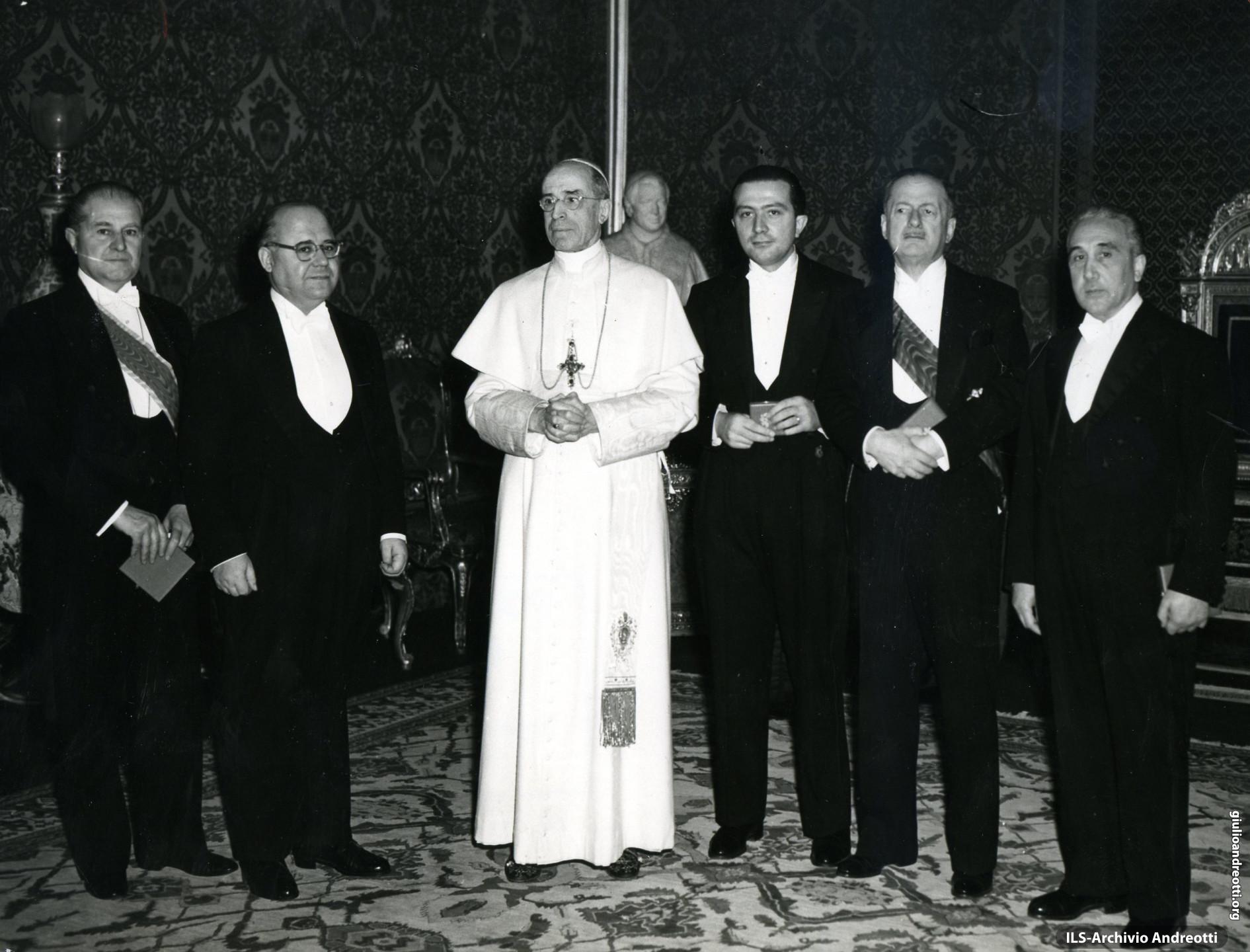 Delegazione governativa con Andreotti e Gonella ricevuta da Pio XII in occasione dell'Anno Santo 1950.