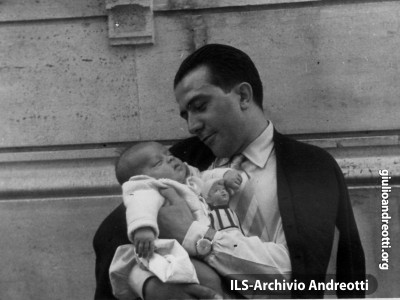 Andreotti con il figlio Lamberto nell'agosto 1950.