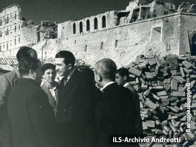 Andreotti in visita all'Abazia di Montecassino .