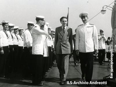 Andreotti in visita su una nave militare.