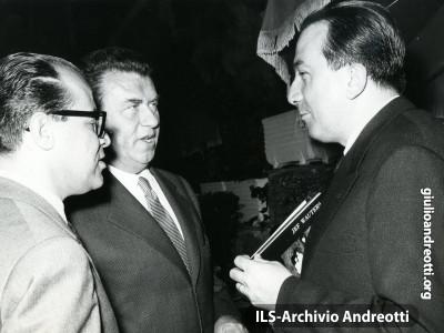 Giulio Andreotti con Gino Cervi.