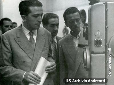 Giulio Andreotti in visita agli stabilimenti cinematografici di Scalera di Venezia.