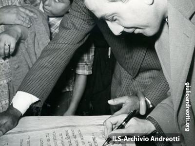 Gaeta, 23 maggio 1953. Firma della pergamena ricordo dell'inaugurazione di un'opera a favore dei pescatori.