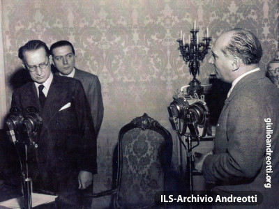 Andreotti con De Gasperi ad una trasmissione radiofonica.