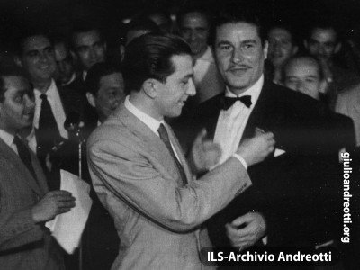 Andreotti sottosegretario alla presidenza con l'attore Amedeo Nazzari.