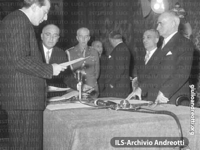 19 gennaio 1954. Andreotti giura come ministro dell'Interno davanti al Presidente della Repubblica Einaudi e al Presidente del Consiglio Fanfani.