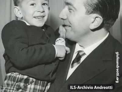 Con il figlio Stefano nel gennaio del 1958.