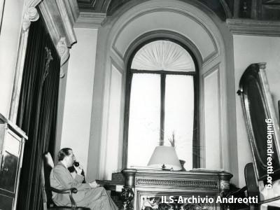 Nell'ufficio di Ministro della Difesa nel 1959.