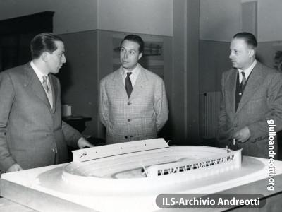 Andreotti e Onesti esaminano il plastico dello stadio olimpico
