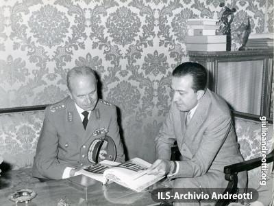 Andreotti a colloquio con il generale tedesco Zerbei nel 1962.
