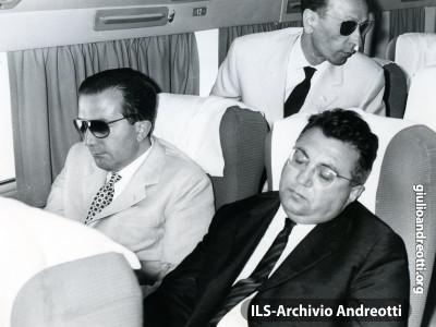 7 luglio 1962. Andreotti in volo dal Cairo con Giorgio Ceccherini.