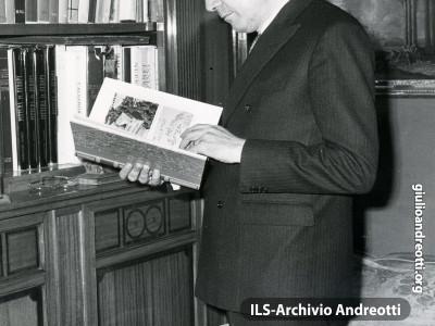 Andreotti nella studio di casa.