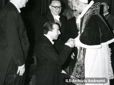 10 dicembre 1963. Giulio Andreotti con Mariano Rumor alla presa di possesso di San Giovanni da parte di Paolo VI.