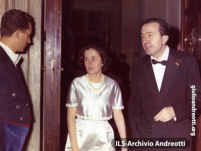 Andreotti con la moglie Livia a un ricevimento ufficiale nel gennaio 1964.