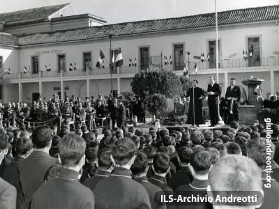 1965. Andreotti al Villaggio dei Ragazzi di Maddaloni del 1965.