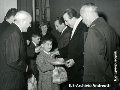 6 gennaio 1965. Regali della Befana del Dopolavoro dell'Aeronautica.