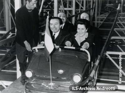 Maggio del 1966. Andreotti con la moglie Livia al Luna Park.