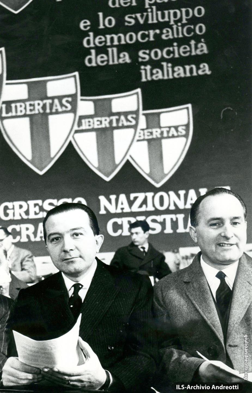 Giugno 1969. Giulio Andreotti con Oscar Luigi Scalfaro al XI congresso della DC (foto Reporters Associati)