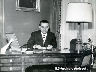 Andreotti nello studio di casa nel gennaio del 1968.