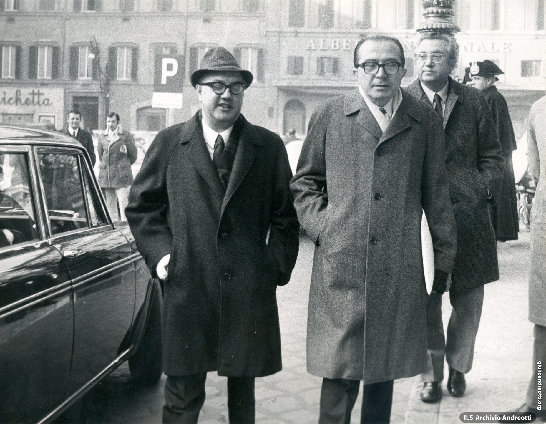 Dicembre 1971. Andreotti in piazza Montecitorio con Vittorio Bachelet. Dietro, Giorgio Ceccherini.