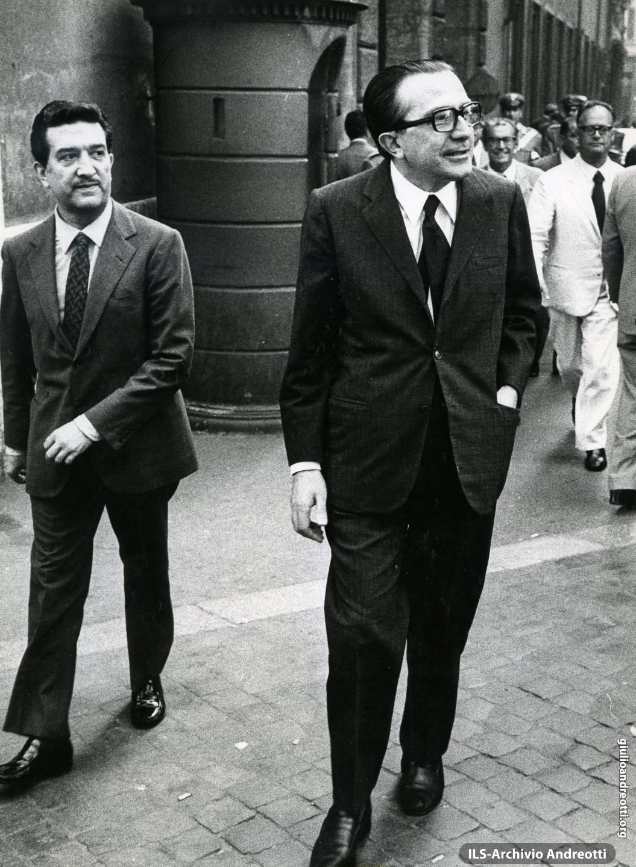 11 agosto 1972. Andreotti con il sottosegretario Franco. Evangelisti all'uscita di Palazzo Madama subito dopo la votazione degli emendamenti del decreto sulle pensioni.