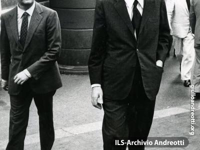 11 agosto 1972. Andreotti con il sottosegretario Franco Evangelisti.