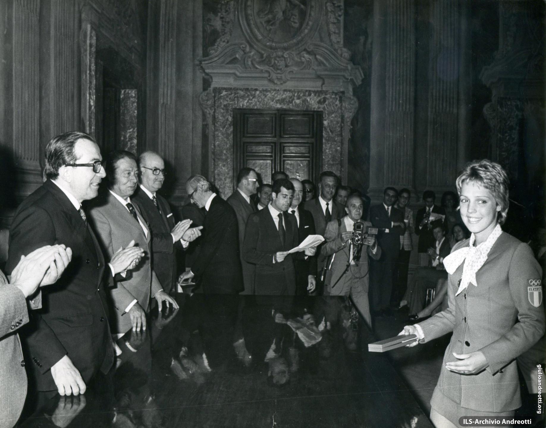 27 settembre 1972. Premiazione a Palazzo Chigi degli atleti italiani vincitori di medaglie alle Olimpiadi di Monaco. Andreotti è con la nuotatrice Novella Caligaris.