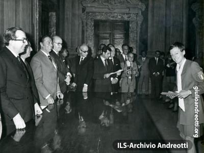 27 settembre 1972. Premiazione a Palazzo Chigi degli atleti italiani vincitori di medaglie alle Olimpiadi di Monaco. Il Presidente premia Paola Pigni.