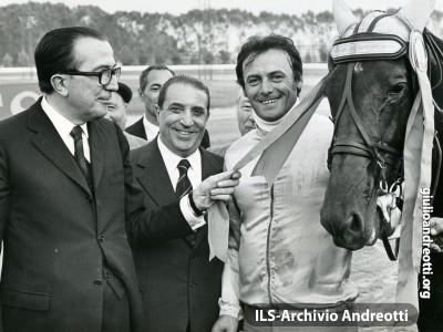 4 ottobre 1972. Premiazione del cavallo Sharif di Jesolo, della scuderia Sandra, montato da G. Rossi, vincitore del 45° Derby di trotto di Tor di Valle.
