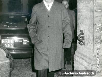Andreotti lascia Palazzo Chigi dopo il Consiglio dei Ministri del 20 gennaio 1973.