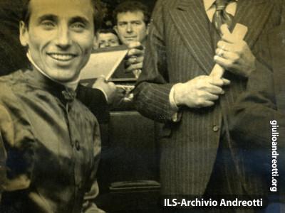 11 aprile 1977. Andreotti premia il fantino George Deleuze, vincitore su Capo Bon del premio Parioli alle Capannelle.