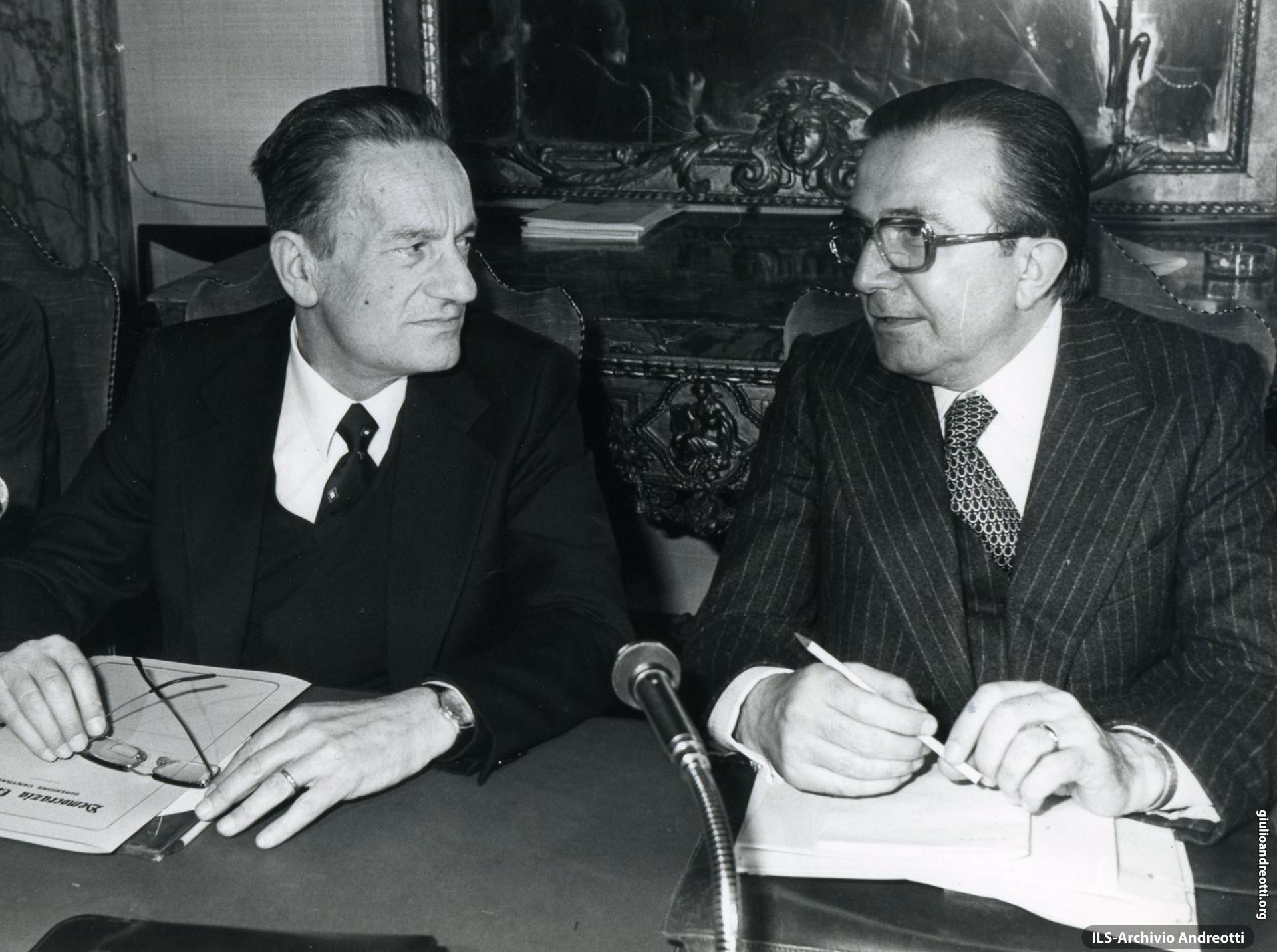 29 aprile 1977. Il Presidente del Consiglio Andreotti con il segretario della DC Zaccagnini durante una riunione della Direzione del Partito.