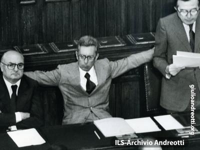 Andreotti parla alla Camera nel 1977. Accanto i ministri Lattanzio e Forlani.