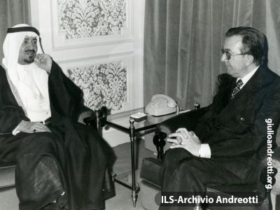 Visita ufficiale in Arabia Saudita. Giulio Andreotti insieme al Re Kalhed il 9 agosto 1977.