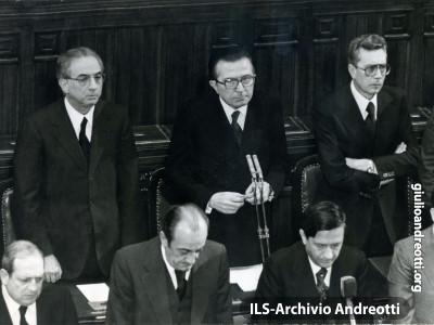 16 marzo 1978. Il governo ascolta, alla Camera, l'annuncio del rapimento di Aldo Moro e del massacro degli uomini della scorta. Accanto ad Andreotti Cossiga, ministro dell'Interno, e Forlani, ministro degli Esteri.